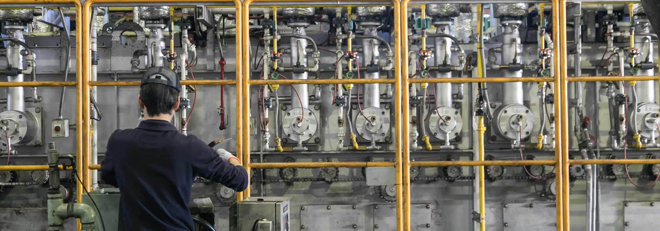 浸炭熱処理の作業をしているスタッフ